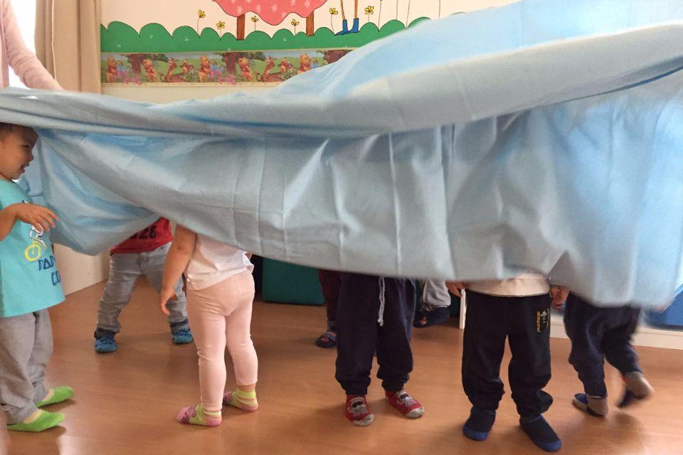 Movimento: giochiamo a fare il mare con i bambini!